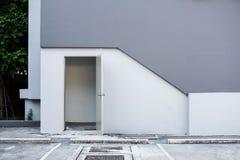 修造的紧急出口后门,与空的停车场 免版税库存图片