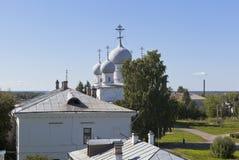 从修造的Belozersky克里姆林宫的土制垒和Spaso-Preobrazhensky大教堂的看法在Belozersk Volog镇  库存图片