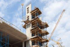 修造的Residental建设中 安装的预制混凝土台阶 墙壁由被供气的具体块做成 起重机和新的mu 免版税库存图片