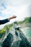 修造石标的年轻人 免版税图库摄影