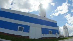 修造蓝色和白色门面的特写镜头厂反对多云天空 影视素材