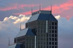 修造街市在洋红色多云背景的事务 库存照片