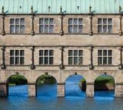 修造-在河的桥梁 库存图片