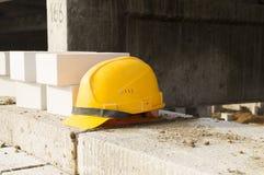 修造 职业安全 保护您的头的黄色盔甲 免版税库存图片