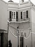 修造1b&W的老黄色法国街区 图库摄影
