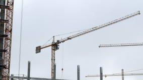 修造4k的建筑用起重机运作的塔 股票视频