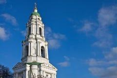 修道院反对天空的钟楼 免版税库存照片
