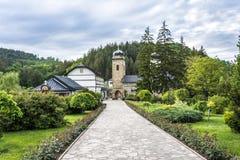 修道院和道路的庭院 免版税库存照片