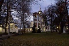 修道院响铃塔和Spaso-Preobragensky大教堂的全景在Spaso-evfiem修道院里 做在晚上 秋天 Suzda 免版税库存图片