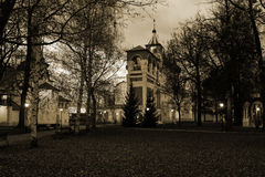 修道院响铃塔和Spaso-Preobragensky大教堂的全景在Spaso-evfiem修道院里 做在晚上 秋天 Suzda 免版税库存照片