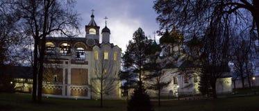 修道院响铃塔和Spaso-Preobragensky大教堂的全景在Spaso-evfiem修道院里 苏兹达尔 俄国 免版税图库摄影