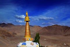 修道院圆顶、Nubra谷、拉达克、印度山和蓝天 免版税库存图片
