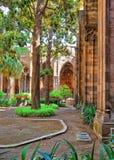 修道院在哥特式处所的巴塞罗那大教堂里 免版税库存照片