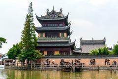 修道院在水的村庄 免版税库存图片