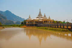 修道院在池塘 毛淡棉, Hha-an 缅甸 缅甸 库存图片
