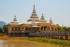 修道院在池塘 毛淡棉, Hha-an 缅甸 缅甸 图库摄影