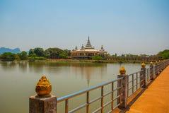 修道院在池塘 毛淡棉, Hha-an 缅甸 缅甸 库存照片