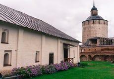 修道院塔和大厦  免版税库存照片