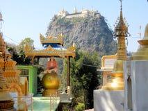 修道院塔翁Kalat,登上Popa,佛教寺庙和菩萨图象,缅甸看法  免版税库存照片
