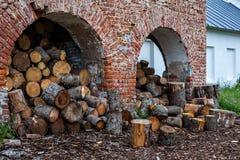 修道院墙壁和为分裂的木柴做准备 免版税库存图片
