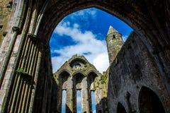 修道院废墟Cashel岩石的在爱尔兰 免版税库存图片