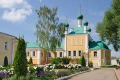 修道院庭院和树构筑的通告教会 免版税库存图片