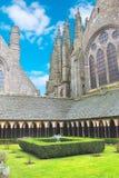 修道院庭院在Mont圣米歇尔修道院里。 免版税库存照片