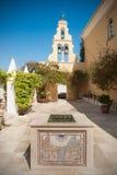 修道院庭院在Paleokastritsa,科孚岛,希腊 免版税库存图片