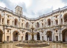 修道院托马尔的基督会院庭院在Tomar,葡萄牙 免版税库存图片