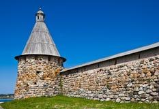 修道院正统solovetsky塔墙壁 免版税图库摄影