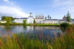 修道院池塘在Tikhvin假定修道院里在一个晴朗的9月早晨 Tikhvin,俄罗斯 库存图片