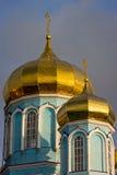 修道院的圆顶反对晚上天空的 城市` s地平线 图库摄影
