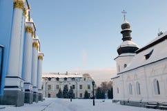 修道院的积雪的庭院在冬天早晨 库存照片