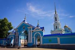 修道院的门 俄国 城市` s地平线 免版税库存照片