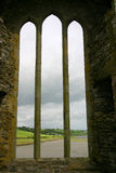 修道院老视窗 免版税库存图片