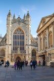 修道院被修建的浴大厦上色了英国有历史的蜂蜜石头使用 在正方形的普通人步行 免版税库存照片