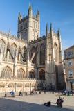 修道院被修建的浴大厦上色了英国有历史的蜂蜜石头使用 街道在吉他的音乐家戏剧 图库摄影