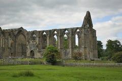 修道院覆盖乡下英国范围废墟 免版税库存照片