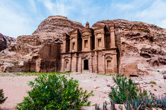 修道院,大厦雕刻了在古老Petr的岩石外面 库存图片