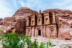 修道院,大厦雕刻了在古老Petr的岩石外面 库存照片