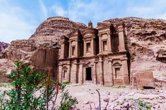修道院,大厦雕刻了在古老Petra的岩石外面 免版税库存照片