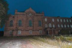 修道院,黑暗的堡垒,在晚上 免版税库存图片