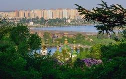 修道院Vydubitsky 德聂伯级和新的大厦在基辅乌克兰 库存照片