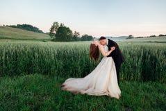修饰弯新娘并且亲吻她的胸口 免版税库存照片
