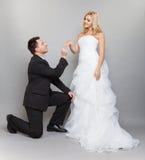 修饰把婚戒放在新娘的手指上 库存照片