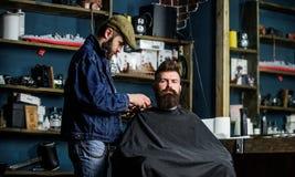 修饰概念 有用海角服务盖的胡子的行家由专业理发师在时髦的理发店 繁忙的理发师 免版税图库摄影