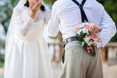 修饰皮花花束他的回到提议给惊奇的新娘 库存图片