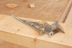 修建一个木房子的螺丝和钉子 加入的木粱 建筑工作 免版税库存图片