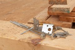 修建一个木房子的螺丝和钉子 加入的木粱 建筑工作 免版税库存照片