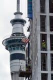 修建公寓的建造者在奥克兰CBD 免版税库存照片
